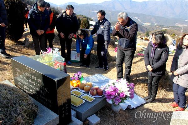 정대은 민주노총(경남)일반노조 위원장이 3일 오전 양산 솥발산공원묘원에 있는 금보라 열사의 묘소를 참배하고 있다.