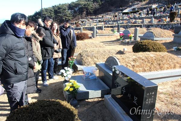 노동자들이 3일 오전 양산 솥발산공원묘원에 있는 박창수 노동열사의 묘소를 참배하고 있다.