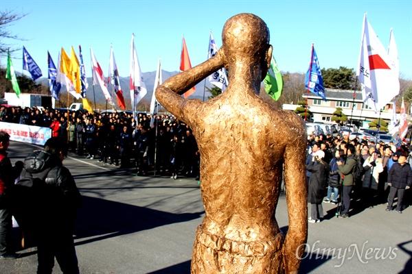 민주노총 부산, 울산, 경남본부는 3일 오전 양산 솥발산공원 열사묘역에서 '일제강점기 노동자상' 모형을 앞세워 놓고 합동시무식을 열었다.