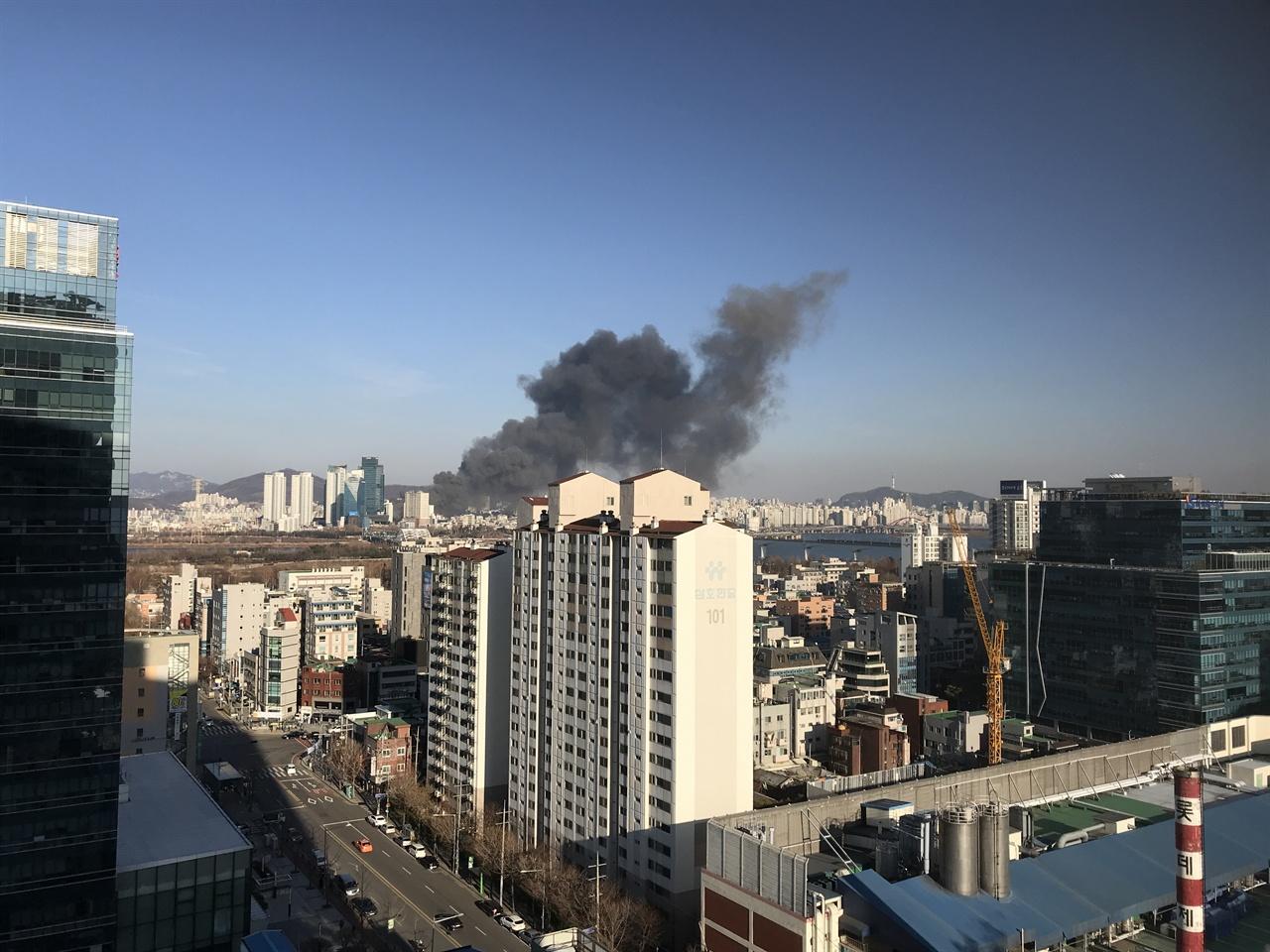 서울 강서구 방향에서도 홍대입구역 신축공사 화재 현장에서 나오는 연기를 볼 수 있다.