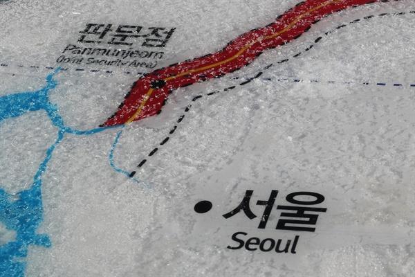 북한이 판문점 연락채널을 개통하겠다고 밝힌 3일 경기도 파주시 임진각에서 접경지역 지도 위에 얼음이 햇빛에 녹고 있다.