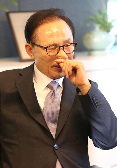 홍준표 예방받은 MB 이명박 전 대통령이 3일 오후 서울 강남구 삼성동 사무실에서 홍준표 자유한국당 대표의 예방을 받고 환담을 나누고 있다.