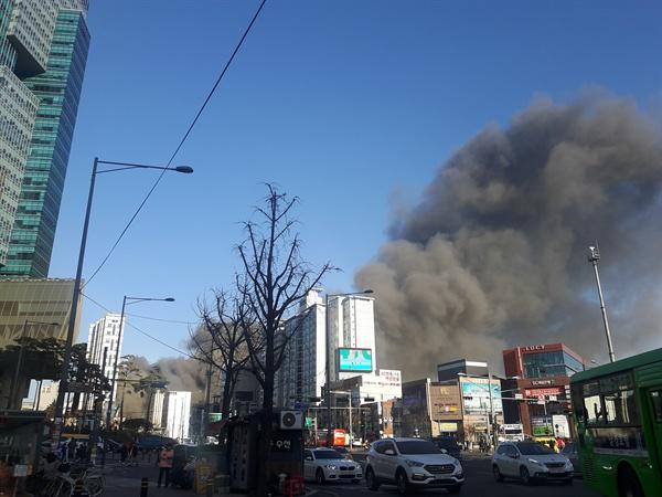 3일 오후 3시 10분께 서울 마포구 서교동사거리 인근 공사장에서 불이 나 연기 나고 있다. 이 화재로 연기가 크게 나면서 현장 일대에선 혼란이 빚어지기도 했다. 2018.1.3 [독자 신유정씨 제공=연합뉴스]