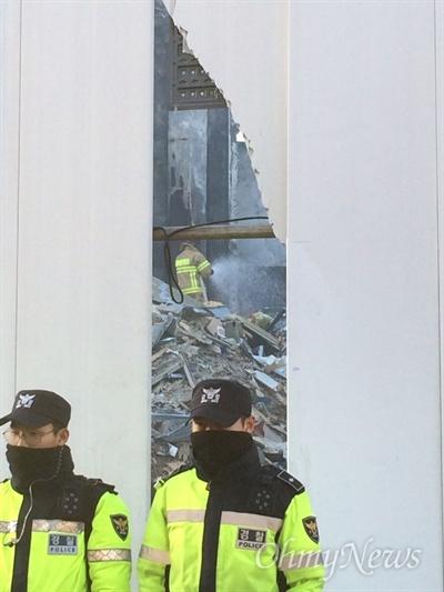 3일 오후 서울 마포구 합정동 신축 공사장에서 발생한 화재 현장. 출입이 통제된 가운데, 소방관이 잔불 정리를 하고 있는 중이다.