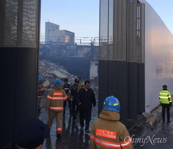 3일 오후 서울 마포구 합정동 신축 공사장에서 큰 화재가 발생했다. 사진은 화재 진압 중인 소방당국의 모습.