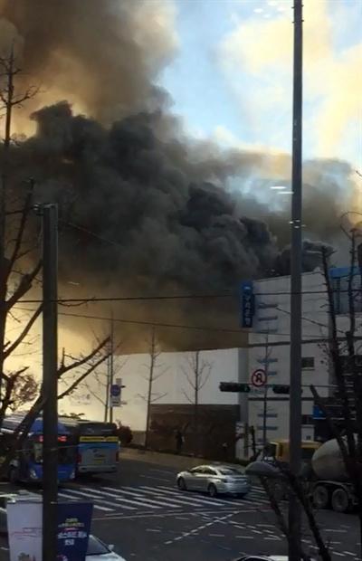 3일 오후 3시 10분께 서울 마포구 서교동사거리 홍대입구역 인근 공사장에서 불이 나 검은 연기가 주변 하늘을 뒤덮고 있다. 2018.1.3 [독자 제공=연합뉴스]