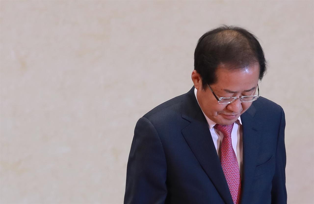 자유한국당 홍준표 대표가 3일 오후 서울 강남구 삼성동 코엑스에서 열린 경제계 신년인사회에서 새해 인사말을 마친 뒤 단상을 내려오고 있다