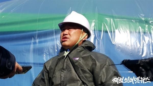 3일 오전 유족 대표인 윤창희씨가 소방당국의 무전기 녹취 미공개에 대해 설명하고 있다.