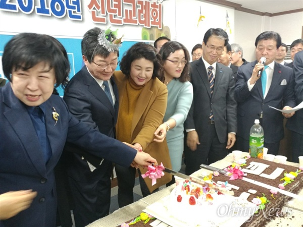 유승민 바른정당 대표가 3일 오후 바른정당 대구시당에서 열린 신년교례회에 참석해 당원들이 마련해준 생일케익을 자르고 있다.