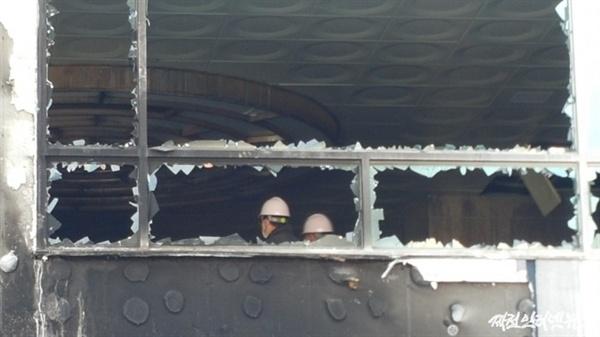 3일 희생자 유가족들이 과학수사 요원들과 건물 2층 여성목욕장을 둘러보고 있다.