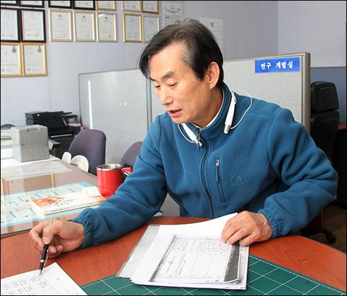 김운식 최정철 지사의 증손자 김운식 씨가 자료를 내보이며 독립운동 이야기를 들려주었다.