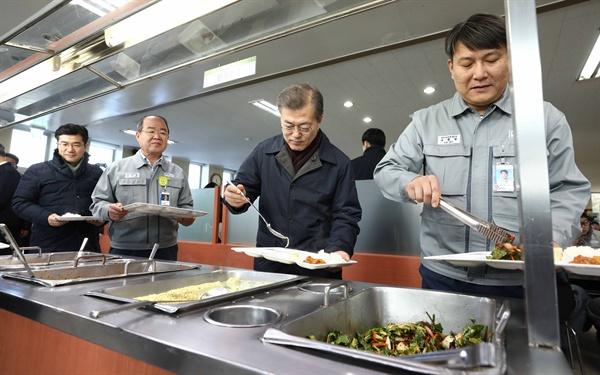 문재인 대통령이 3일 경남 거제 대우조선해양 옥포조선소를 방문해 직원식당에서 음식을 담고 있다.
