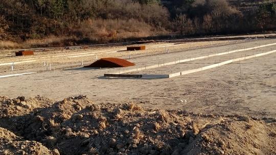 공사 현장 대형 축사 공사 현장. 논바닥에 콘크리트로 기초 공사를 해 놓았다.
