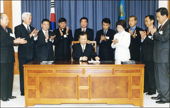 2000년 1월 11일 김대중 대통령이 4.3유족대표와 시민사회단체 대표들을 초청한 가운데 청와대에서 4.3특별법에 직접 서명하고 있다. ⓒ제주의소리 자료사진