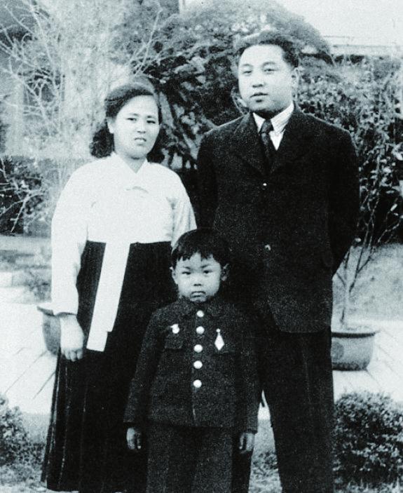 김일성 부부와 아들 김정일(해방 후 자택 앞)
