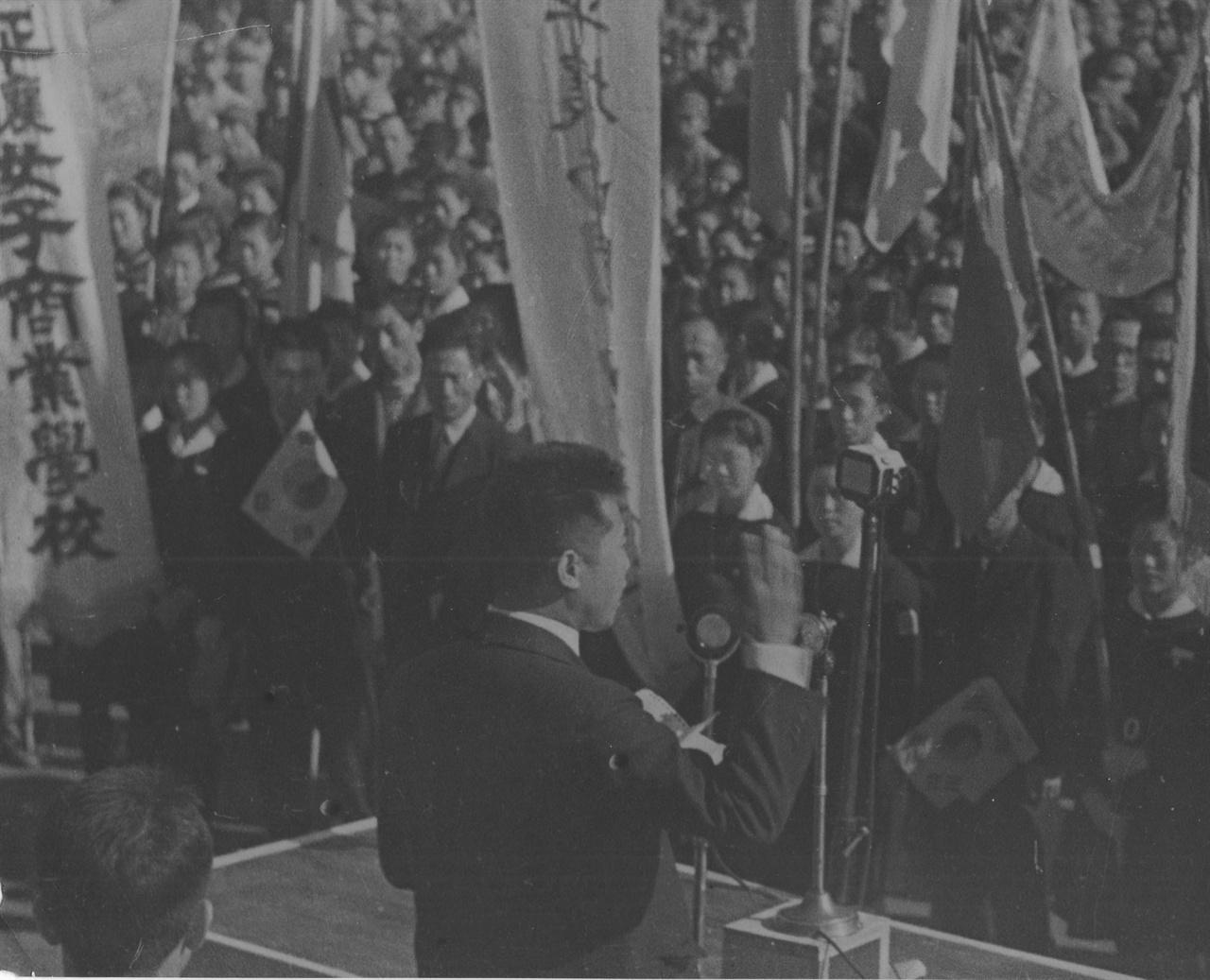 학생의 날 평양학생들에게 연설하는 김일성(1945. 11.)