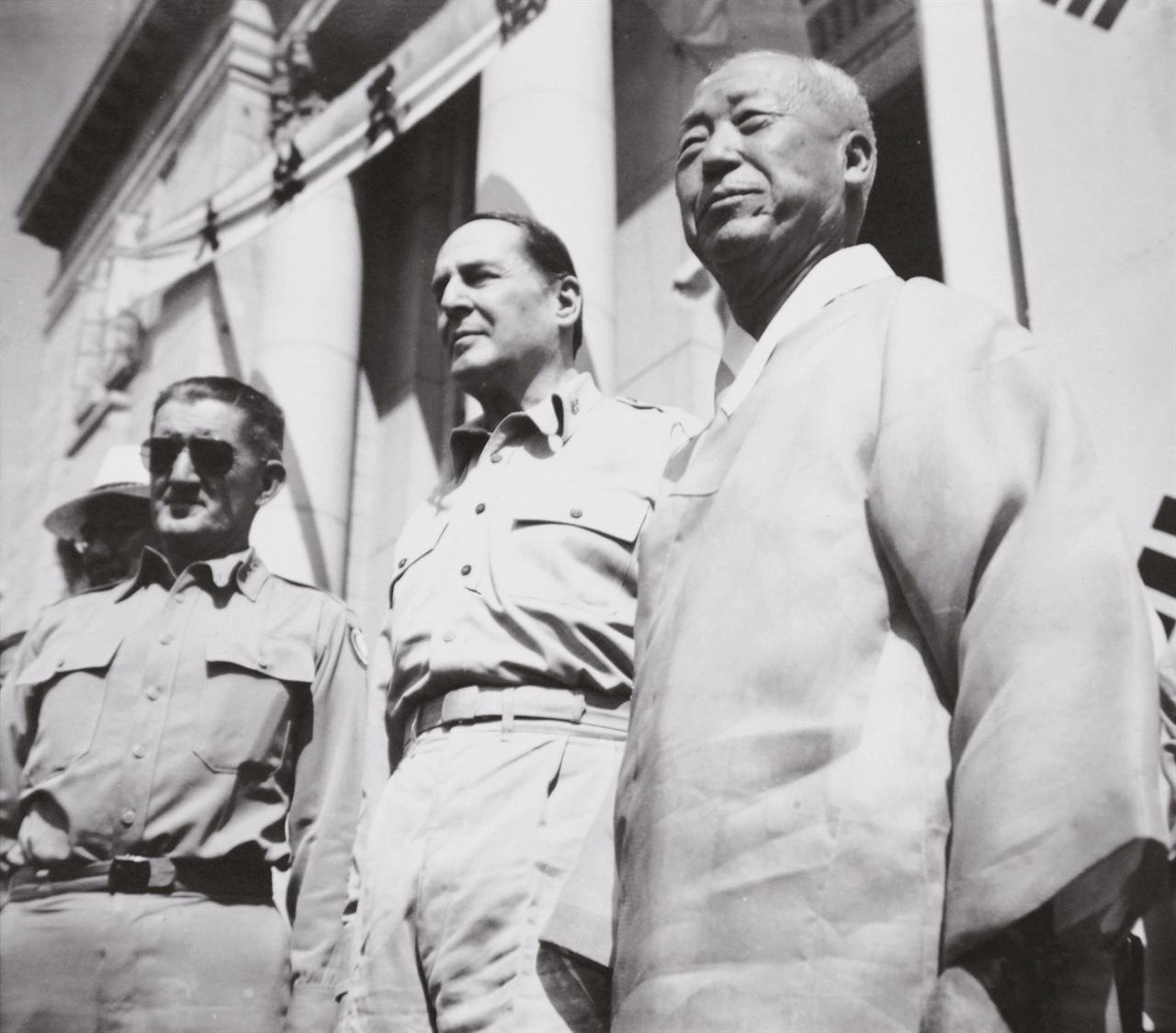 대한민국정부수립경축식에 참석한 이승만과 하지(왼쪽), 맥아더(가운데).