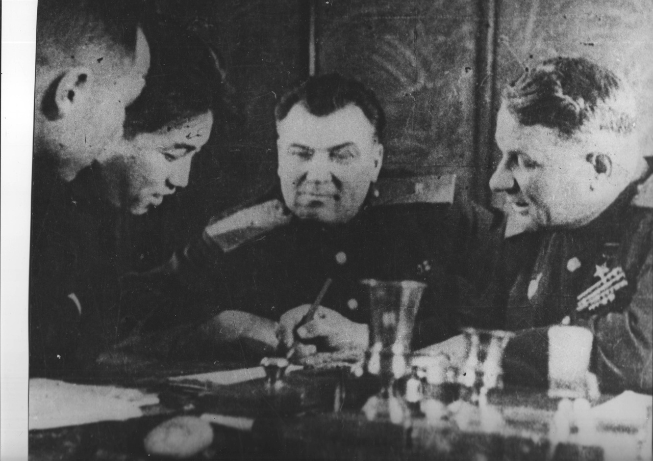 소련대표로부터 권력을 이양받는 김일성(왼쪽에서 두 번째).