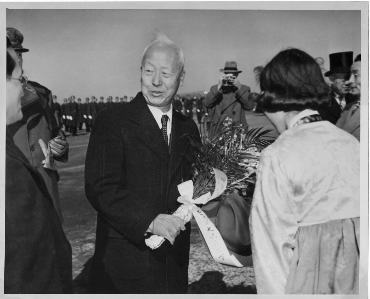 이승만 대통령이 도쿄 하네다 공항 출발에 앞서 재일 동포로부터 환송 꽃다발을 받고 있다(1950. 2. 18.).