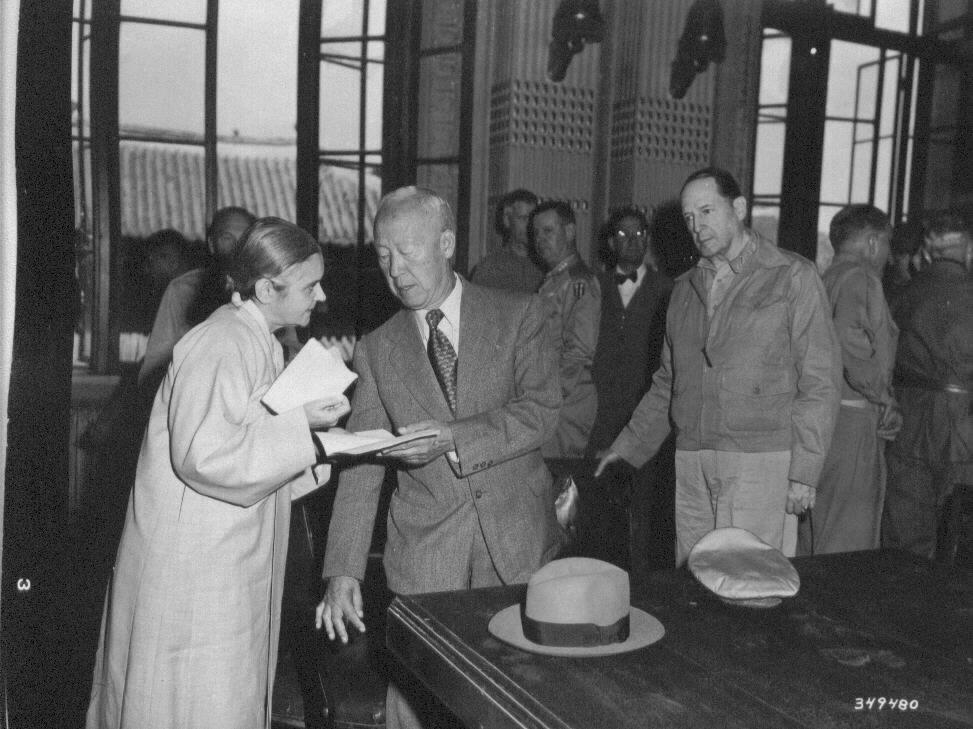서울 수복기념대회 직전의 이승만 대통령 내외와 맥아더 장군(1950. 9. 29.).