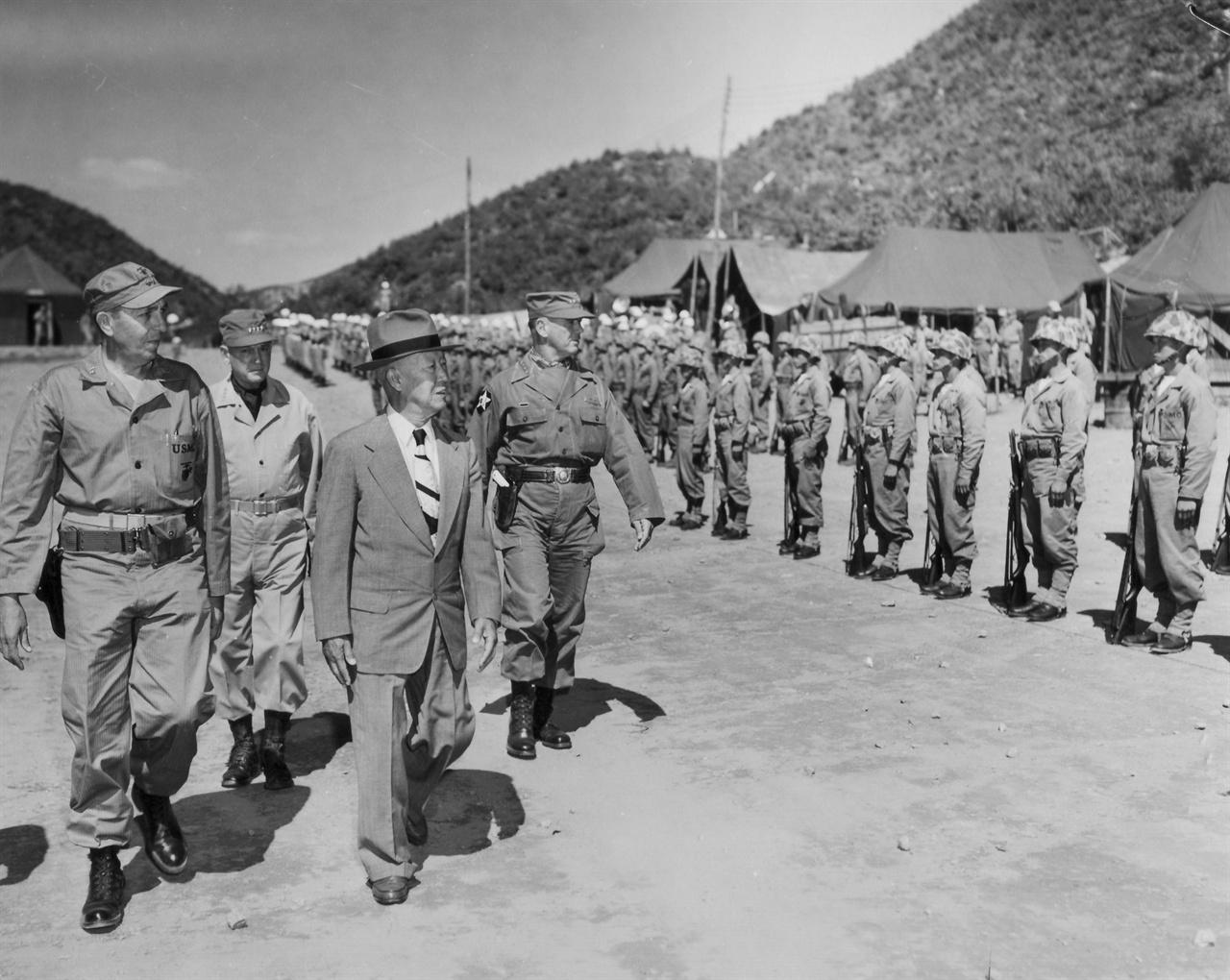이승만대통령을 비롯한 유엔군 고위층이 한국 해병부대를 사열하고 있다(가운데 이승만대통령, 왼쪽 밴프리트 미 8군사령관)