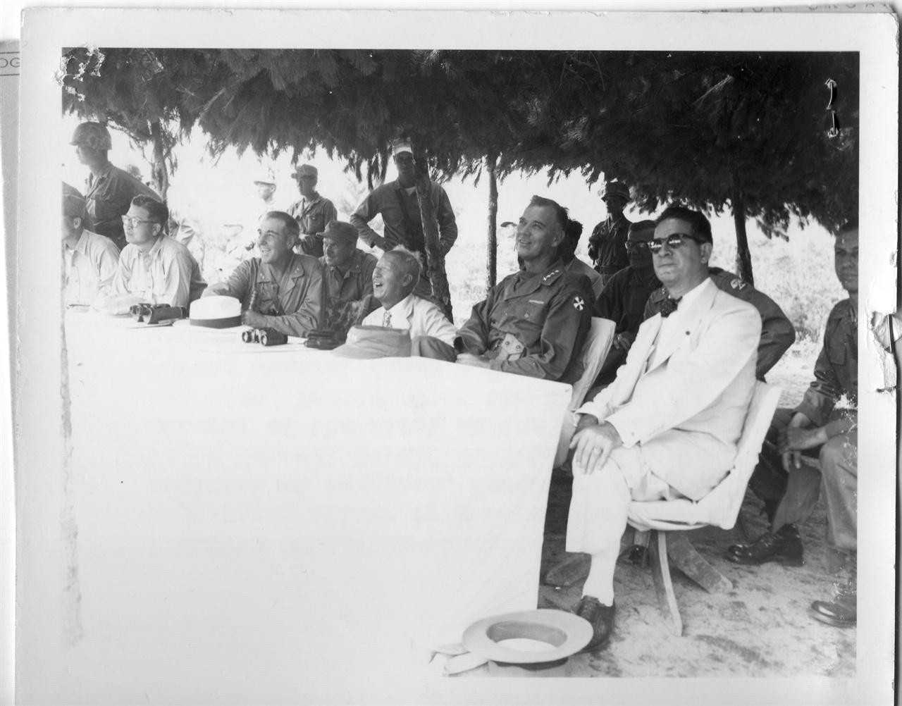 전방부대를 시찰 하는 한미 수뇌부(1951. 8. 22. 왼쪽부터 손원일 제독, 토마스 장군, 이승만 대통령, 밴프리트 장군, 무초 주한 미국대사).