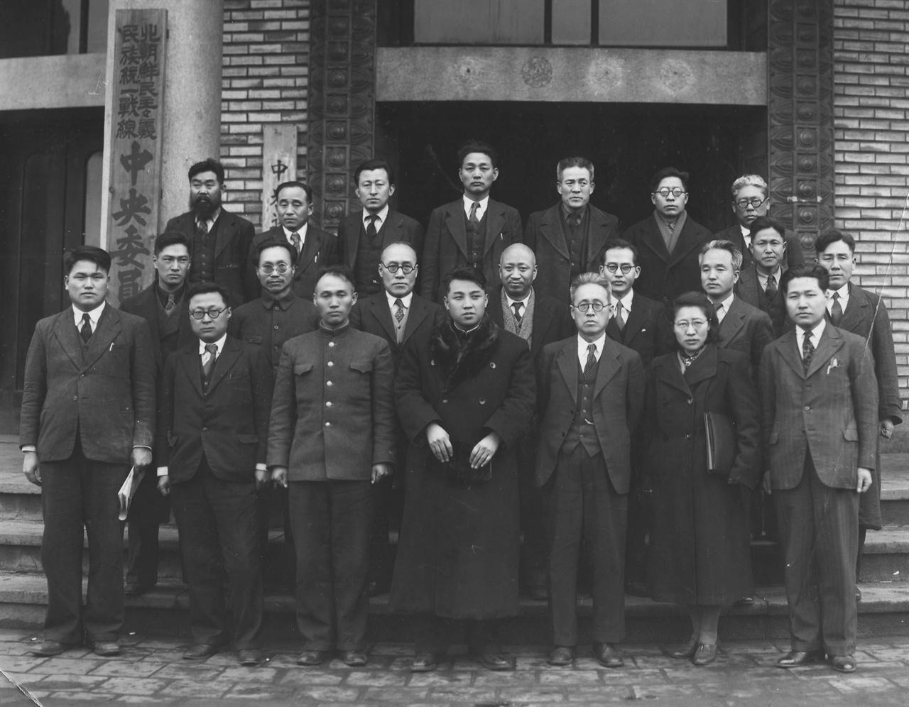 북조선 민주주의 민족통일전선 중앙위원 간부 일동(앞열 중앙 김일성)
