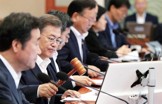 문재인 대통령이 7월 25일 청와대에서 열린 국무회의에서 '새 정부 경제정책방향'을 의결하는 모습. 정부는 이날 저소득층의 주거복지 사각지대를 해소하기 위해서는 주거급여 대상을 확대하기로 했다(사진=청와대).