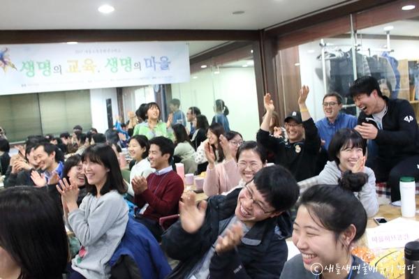 최종발표 내용에 박수치며 환호하는 참석자들. 동지(冬至)의 밤, 이들은 그렇게 동지(同志)가 되었다.