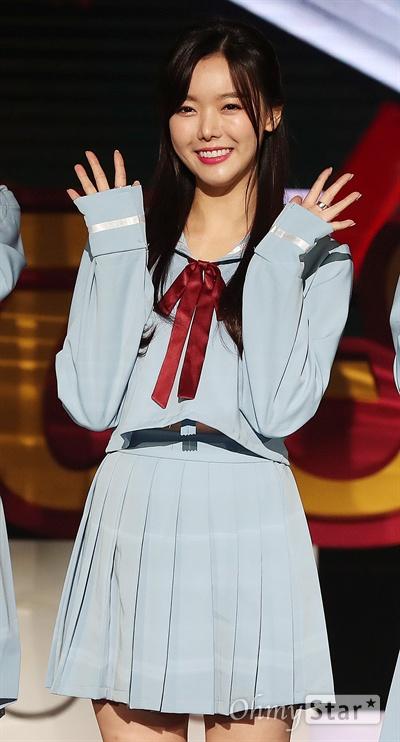 '더 유닛' 세리, 상큼한 미소 6일 오후 서울 여의도 KBS별관에서 열린 KBS 아이돌 리부팅 프로젝트 <더 유닛> 3차 관객 평가 무대 리허설 현장 공개 포토타임에서 세리가 포즈를 취하고 있다. 6일 진행된 신곡 음원 발매 미션에서는 참가자들이 직접 구성한 총 10팀(남자 5팀, 여자 5팀)이 무대에 올랐다. <더 유닛>은 아이돌로 데뷔했음에도 기회가 부족한 현실에 자신의 능력을 제대로 발휘하지 못했던 이들이 무대 위에서 꿈을 펼치기 위한 도전과 성장과정을 그린 프로그램이다. 미션을 거쳐 시청자들에 의해 뽑힌 멤버들은 아이돌 유닛 '유닛B'와 '유닛G'로 탄생해 활동할 예정이다. 매주 토요일 오후 10시 45분 방송.