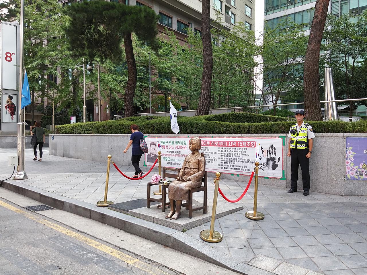 위안부 소녀상. 서울 광화문광장 동쪽에서 찍은 사진.