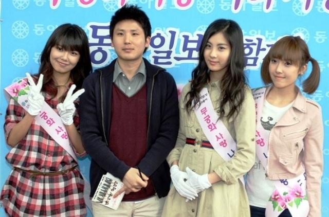 소녀시대 멤버들과 자리를 함께 한 저자 유성운.
