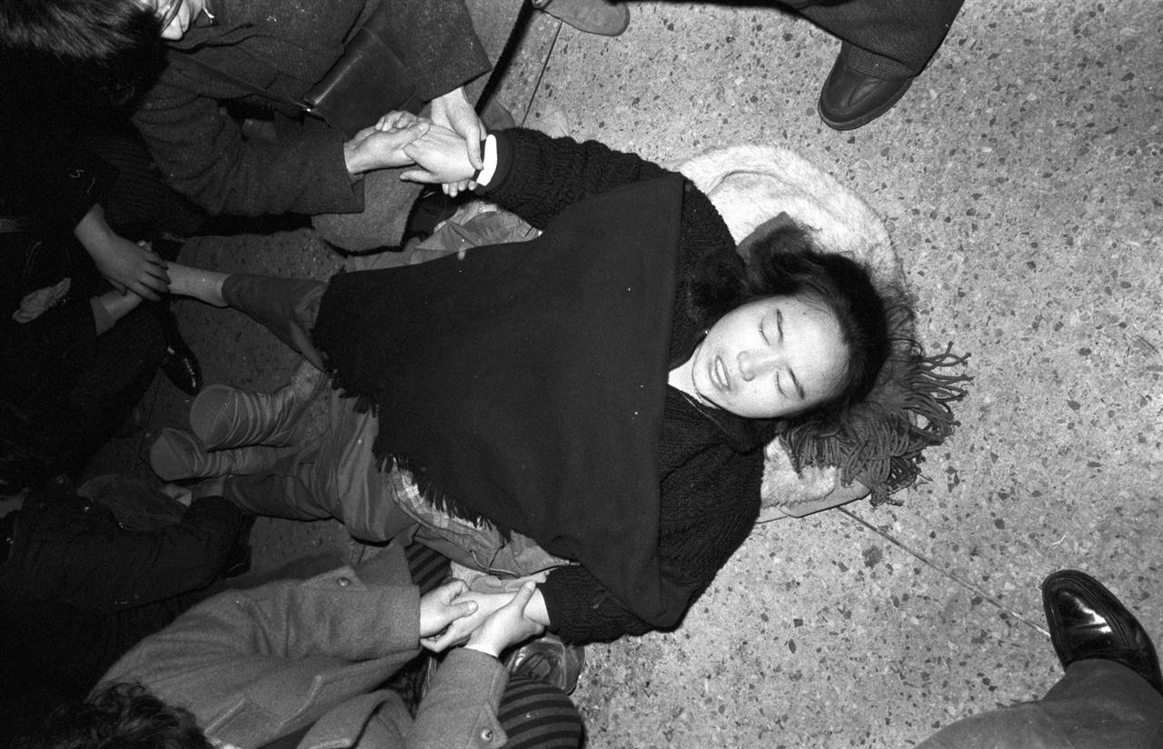 김근태 부인 인재근은 검찰청사에서 농성하다가 정신을 잃고 쓰러지기도 했다.