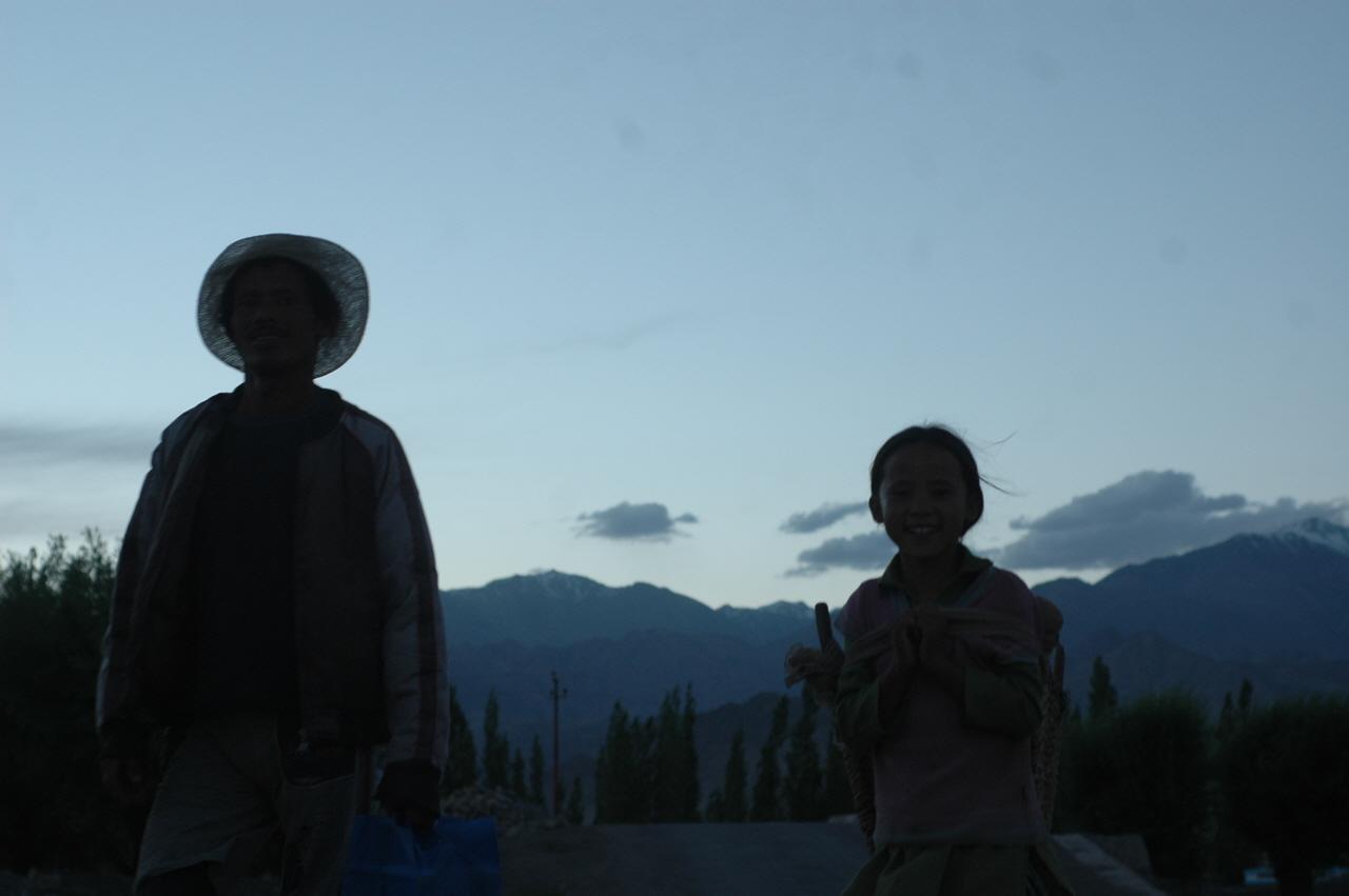 저녁 무렵 일 마치고 움막집으로 돌아가는 네팔 부녀.