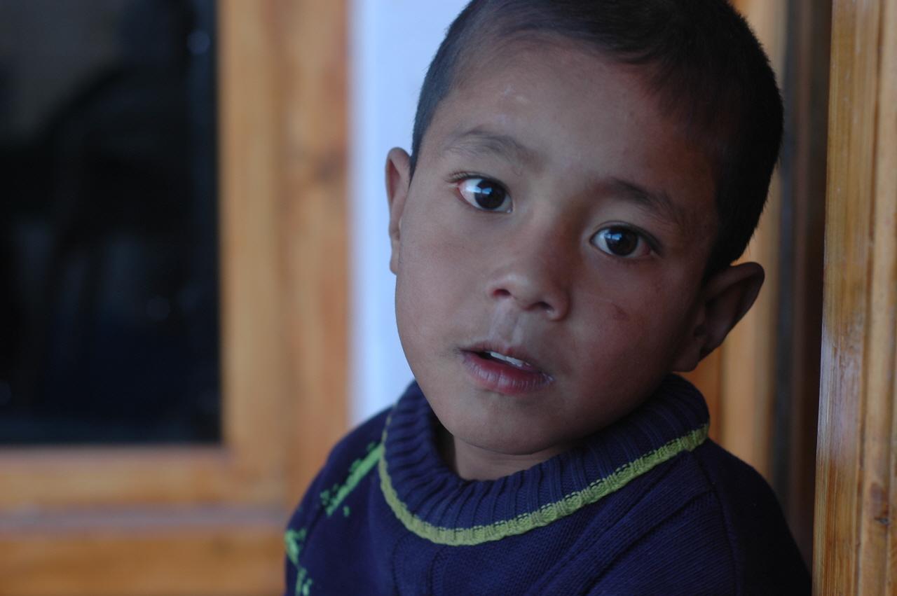 돌카네 집 앞, 움막에서 살고 있는 네팔 소년 뒤뉘시.