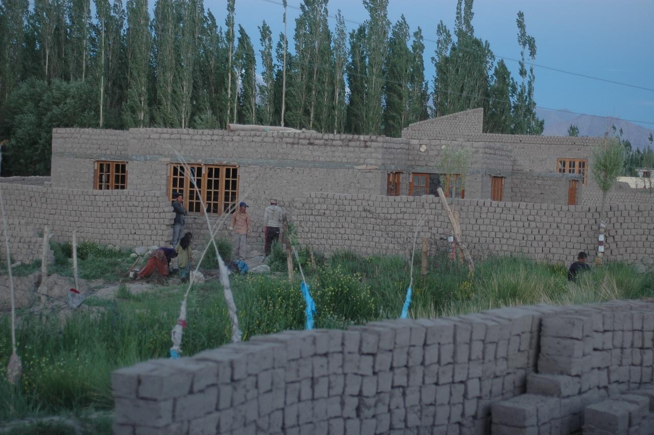 부모 따라 이곳 라다크에 온 네팔 아이들은 벽돌 한 장 들 만한 나이가 되면 흙벽돌을 찍는 일이나 흙벽돌집 짓는 현장에서 잔일을 거들고 있었다.