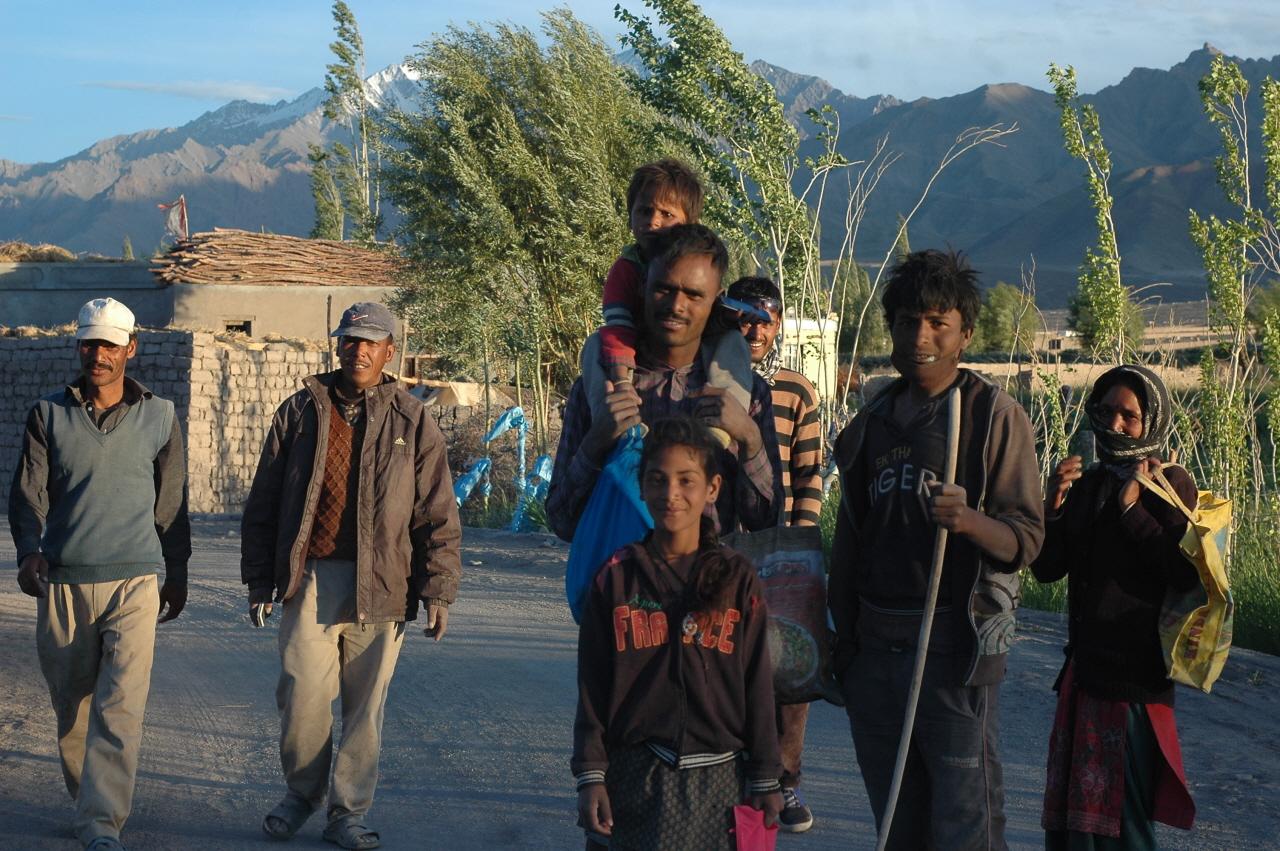 하루 일을 마치고 보금자리 움막 혹은 천막으로 돌아가는 네팔 노동자들. 힘겨운 노동일로 생활하고 있지만 표정들이 밝았다.