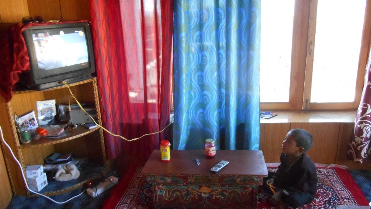 돌카네 거실에서 텔레비전을 보고 있는 네팔 아이 뒤뉘시