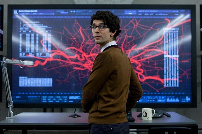 기술담당자 Q는 성급하게 범죄자의 랩톱을 내부시스템에 연결했다가 오히로 범죄자 손에 내부시스템의 통제권을 넘겨주고 만다.