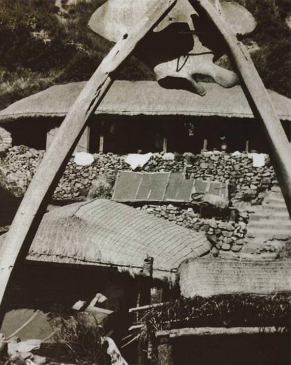 신안군이 2009년 발행한 <사진으로 보는 신안군 40년사>에 실린 '대흑산도 예촌 고래마을'. 신사로 가는 입구를 장식하는 도리이(鳥居)는 고래 뼈로 만들었다. 도리이의 좌우 양 기둥은 고래 턱뼈를 이용해 세웠다. 그리고 고래 엉치뼈를 그 가운데 장식으로 얹었다. 사진 속 신사의 도리이로 이용됐던 고래 턱뼈의 일부가 현재 흑산도 예리 여객터미널 인근에 있는 '자산문화관'에 전시돼 있다.