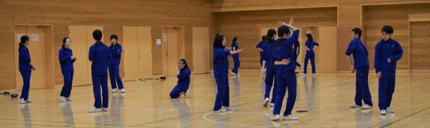 """""""창작 춤 연습"""" 삿포로 가이세이 중등교육학교 3학년 학생들이 체육 시간에 창작 춤 연습을 하고 있다."""