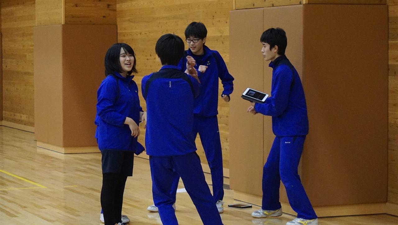 """""""즉석 토론"""" 가이세이 중등교육학교 3학년 학생들이 창작 춤 연습 도중 조원들과 함께 춤 동작을 어떻게 하는 게 좋은지 토론하고 있다."""