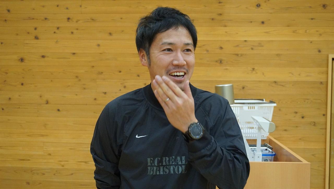 """""""체육수업에서도 글쓰기 토론 필요"""" 가이세이 중등교육학교의 사토 히카루 체육교사."""