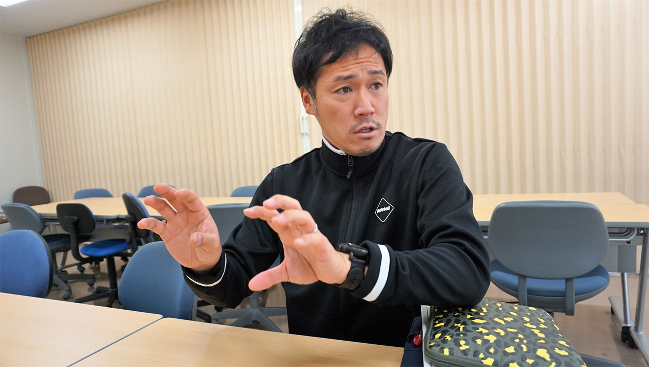 """""""체육 수업에서도 글쓰기 중요"""" 사토 히카루 체육교사가 IB 교육과정의 체육 수업을 설명하고 있다."""