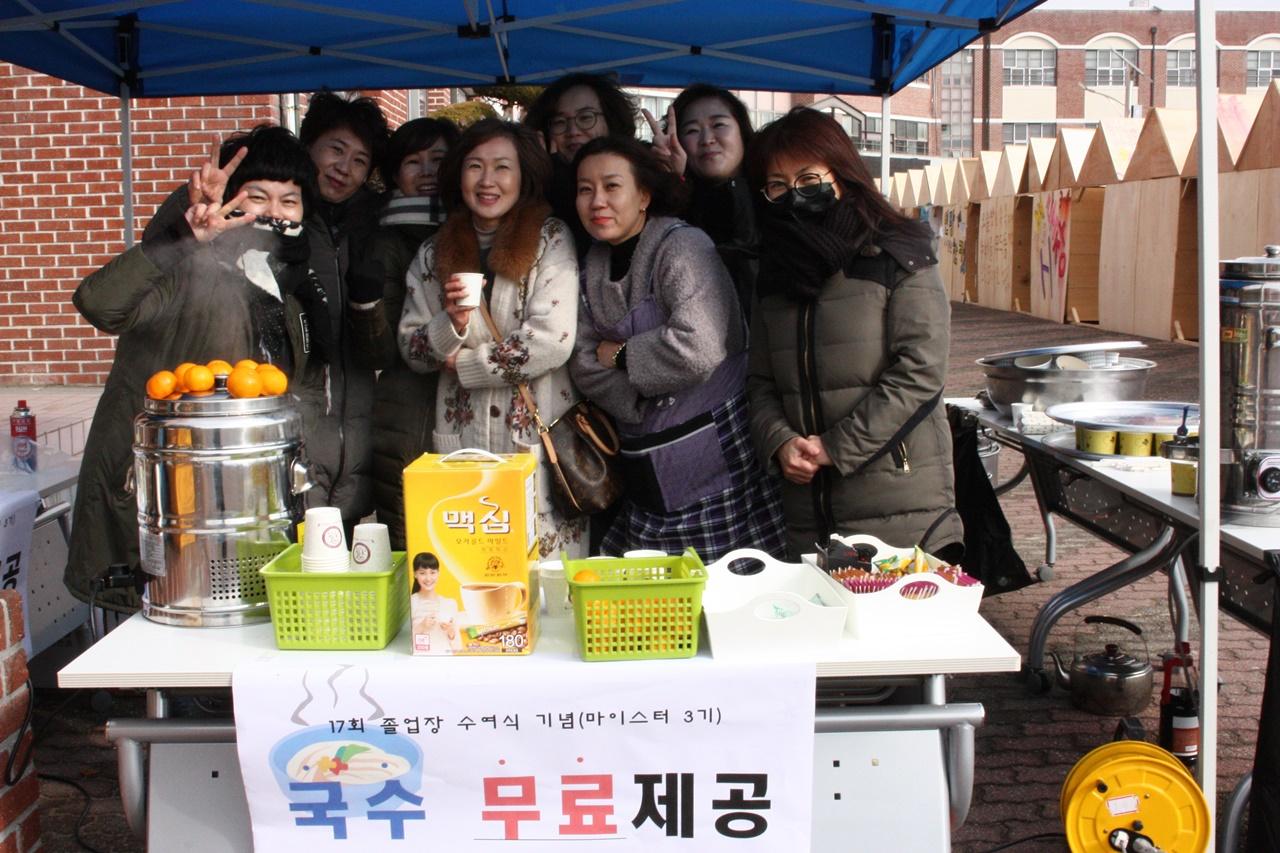 무료 음료와 국수를 제공한 여수석유화학고 학부모들의 즐거운 자원봉사 모습