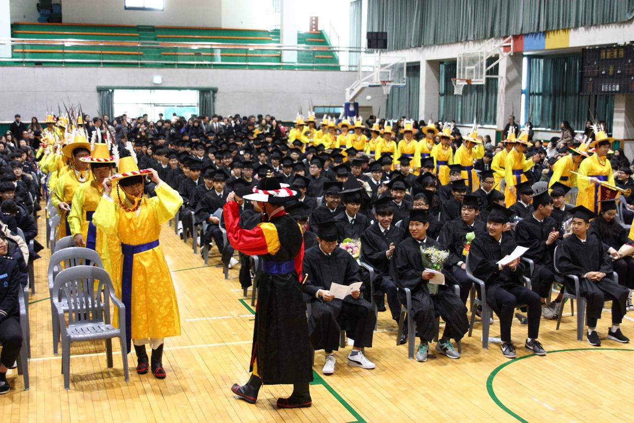 여수석유화학고의 자랑 취타대가 풍악을 울리는 가운데 열린 졸업식 모습