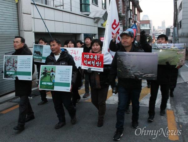 지난 6일 4대강 독립군이 서울 지하철 7호선 학동역 인근에서 '죽음의 강 보고대회'를 마친 뒤, 4대강 참상을 담은 피켓을 들고 MB 집 앞으로 향하고 있다.