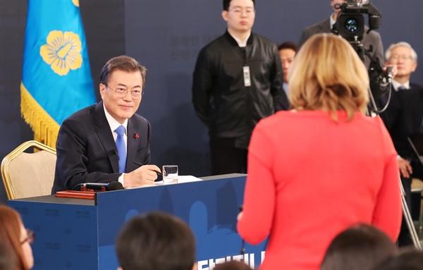 문재인 대통령이 10일 오전 청와대 영빈관에서 열린 신년 기자회견에서 BBC 기자의 질문을 듣고 있다.