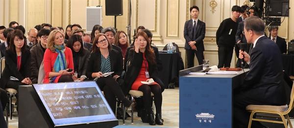 문재인 대통령이 10일 오전 청와대 영빈관에서 열린 신년 기자회견에서 외신 여기자의 질문에 답하고 있다