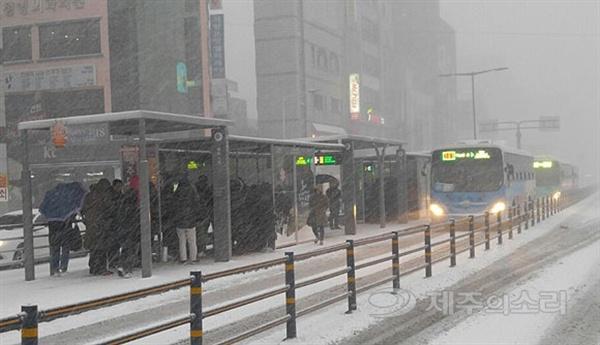제주를 덮친 한파로 인해 대중교통 이용객들이 몰린 제주시청 앞 버스정류장